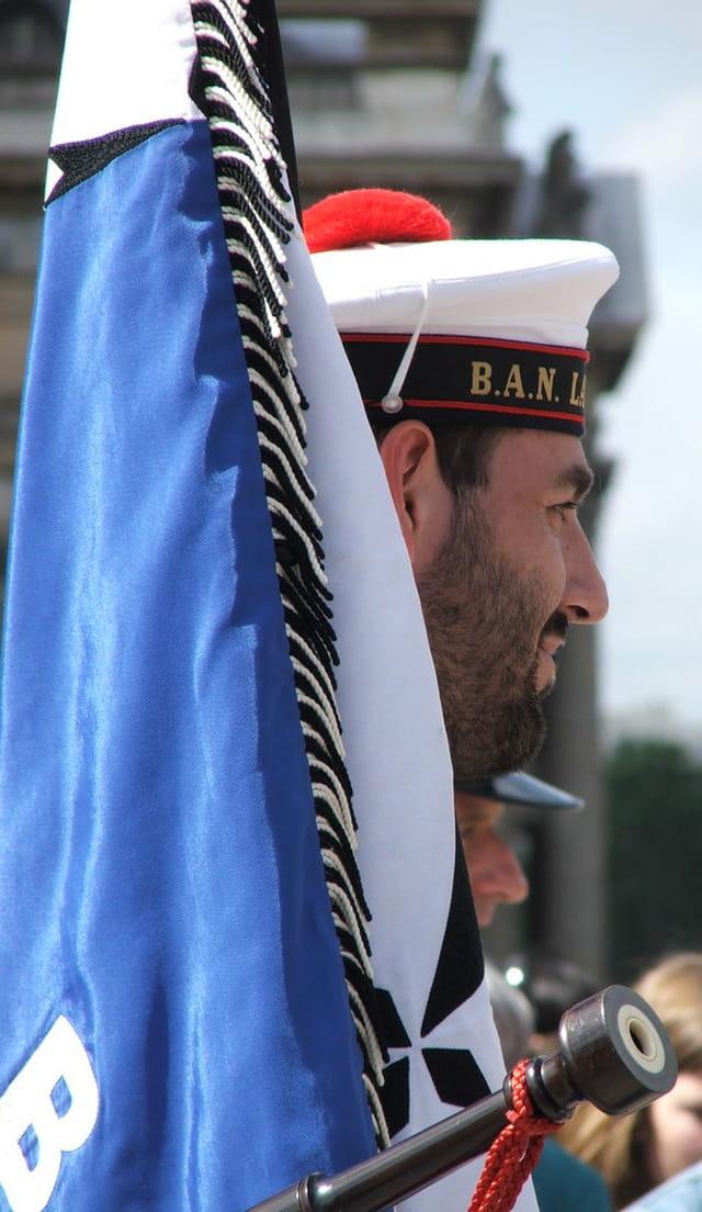 Le porte drapeau