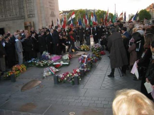 Le premier ministre de la Hongrie assiste à l'allumage de la flamme sur la tombe du Soldat Inconnu