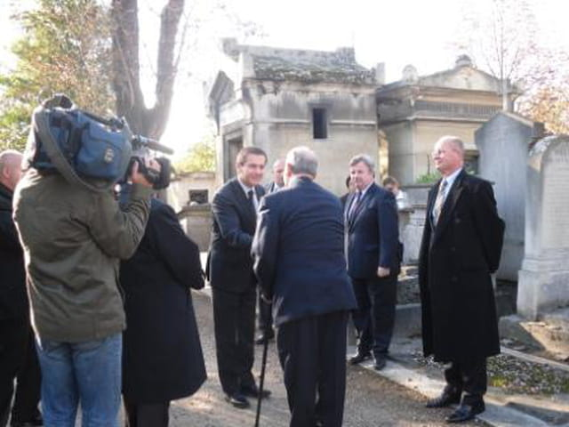 Le premier ministre de la Hongrie dépose une gerbe à la stèle d'Imre Nagy