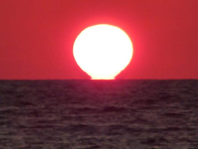 Le  soleil coule dans la mer