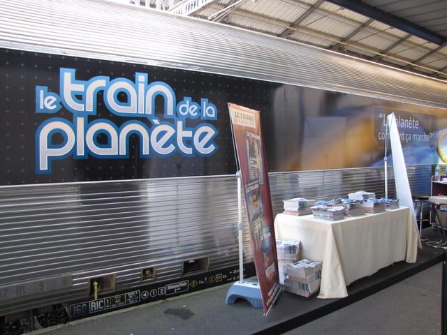 LE TRAIN DE LA PLANETE, en gare de TARBES.