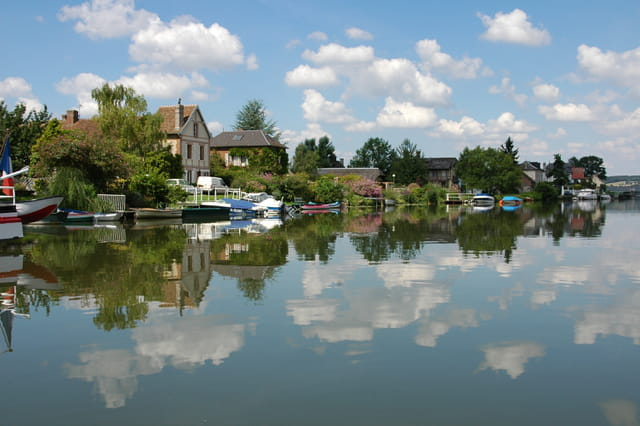 Le village de Poses vu de barque