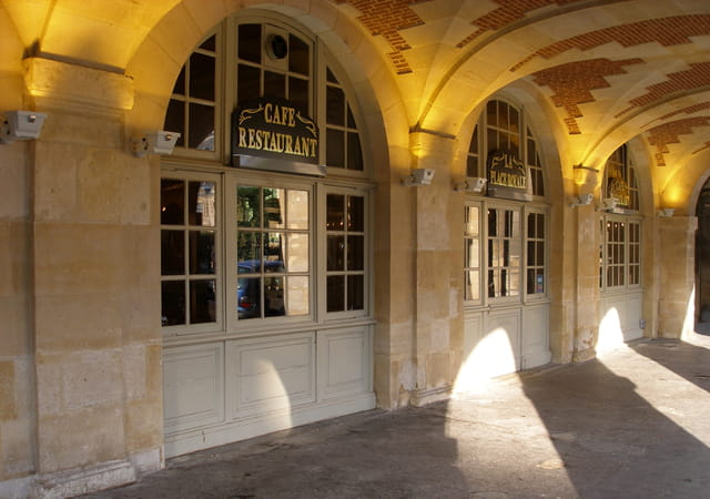 Sous les arcades de la place des Vosges