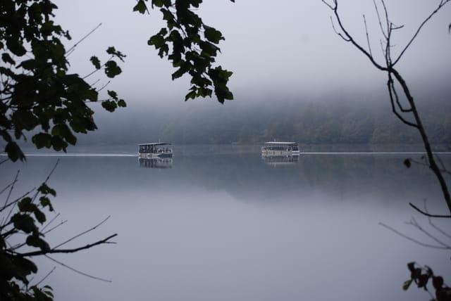 les bateaux électriques qui traversent le lac du Parc National de Plitvice Jezera