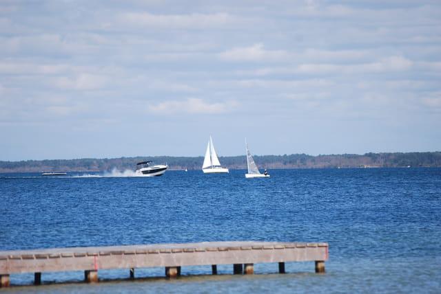 les bateaux sur le lac de Biscarrosse