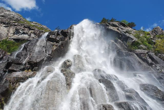 les cascades le long des fjords