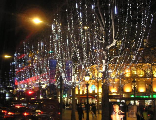 Les Champs-Elysées en décembre 2007