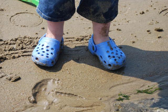 Les crocs dans le sable