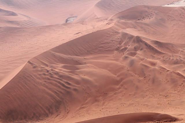 Les dunes rouges du désert du Namib vues d'avion