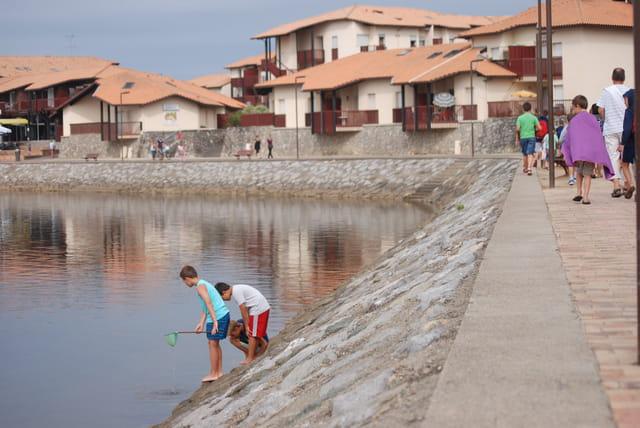 les jeunes pêcheurs du lac