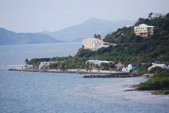 les maisons sur le front de mer de l'île de Tortola