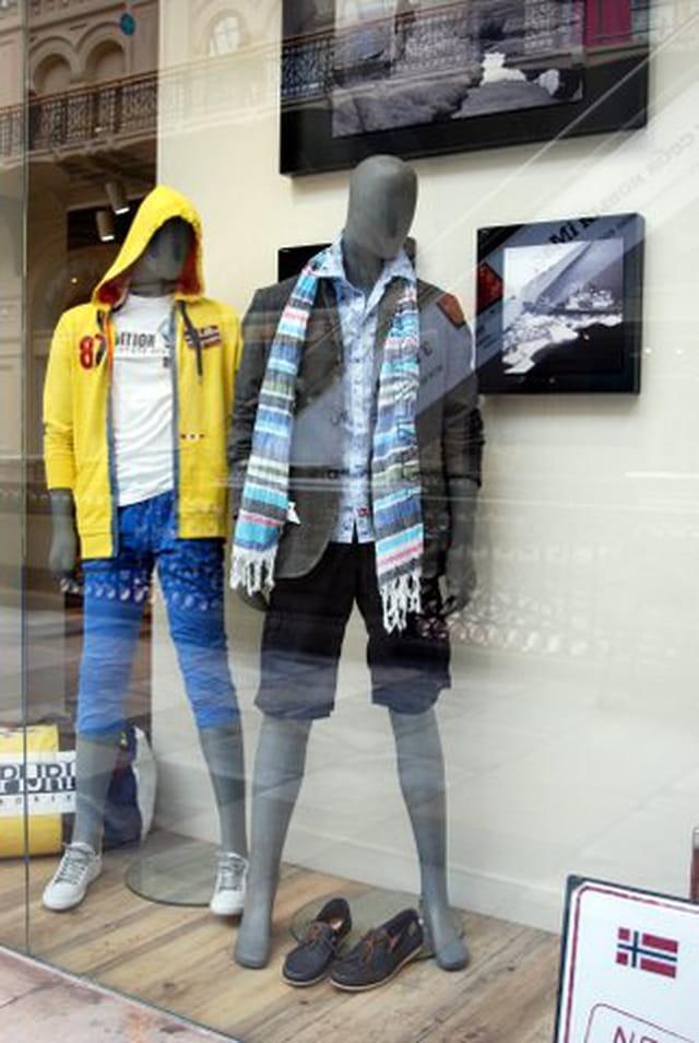 les mannequins du magasin Goum
