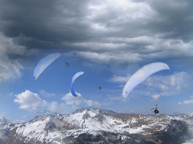 Les parapentistes dans les nuages