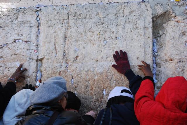 les prières devant le Mur des Lamentations