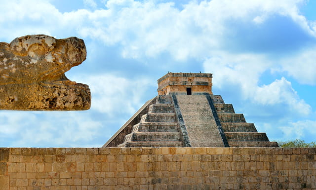 Les sculptures veillent sur le Castillo...