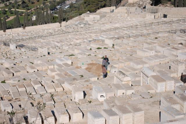 les très anciens cimetières juifs autour du mur d'enceinte de Jérusalem