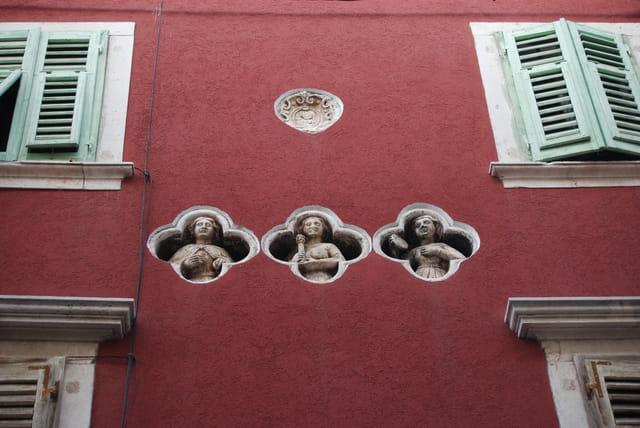 les trois statues