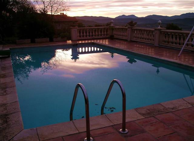Levé du jour sur la piscine