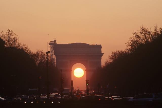 Lever de soleil dans l'Arc de Triomphe