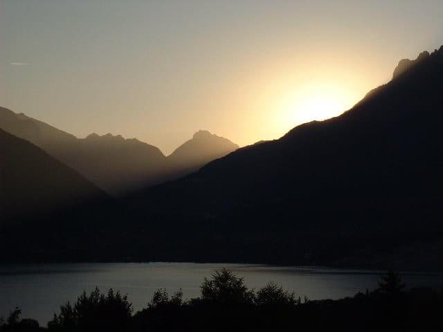 Lever de soleil sur le lac d'Annecy