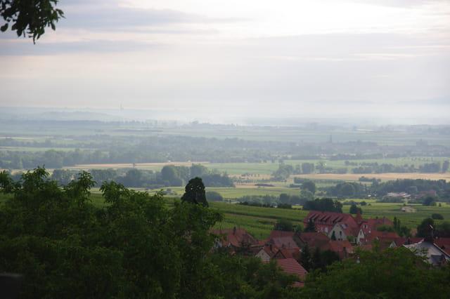 lever du jour sur la plaine d'Alsace avec la cathédrale de Strasbourg au loin