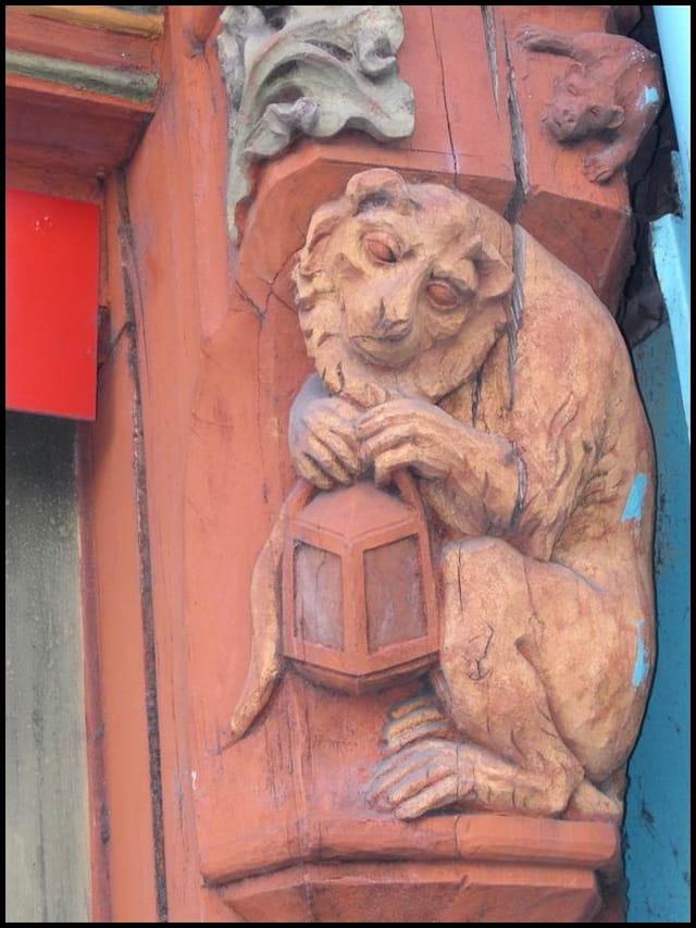 Lion à la lanterne
