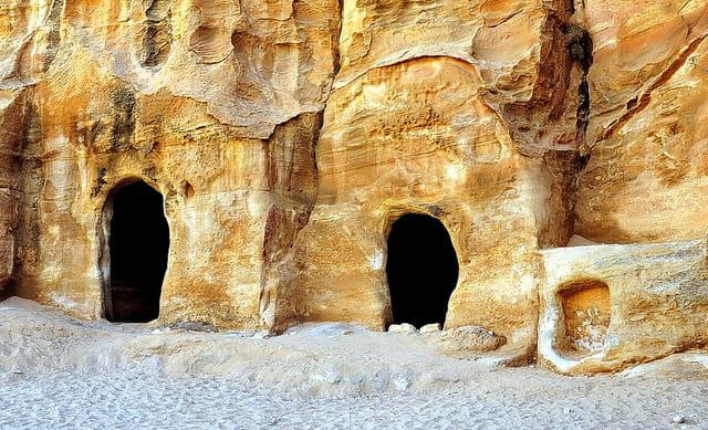 """Logements taillés dans le grès de la """"Petite Petra"""""""