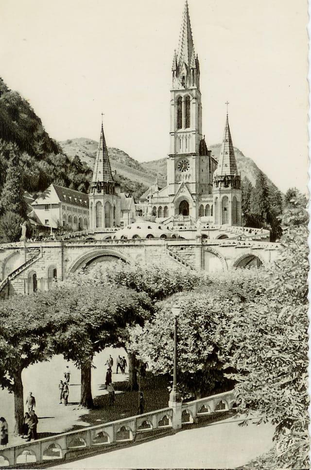 Lourdes, la basilique en 1959