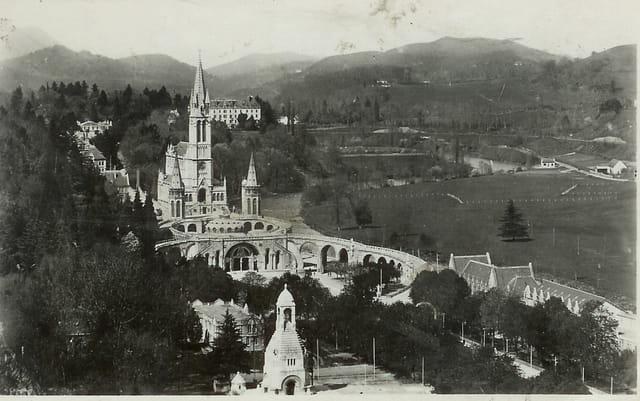 Lourdes, la basilique et le monument interallié