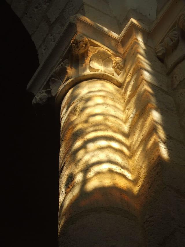 Lueur sur le pilier
