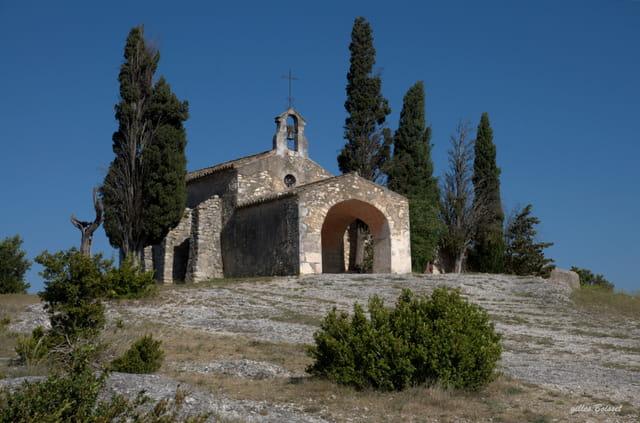 lumière de Provence, chapelle dans les Alpilles