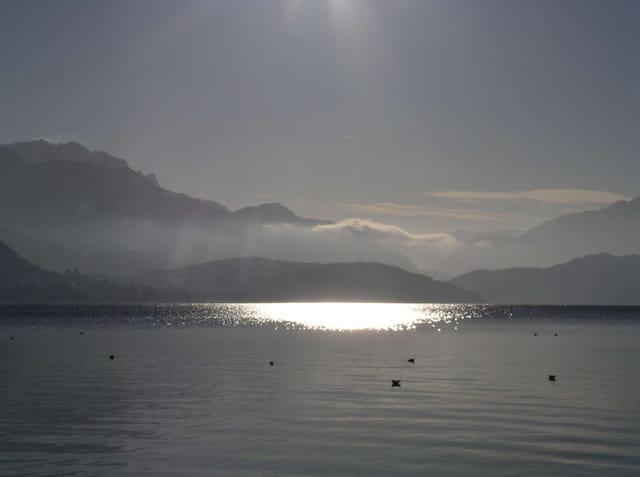 Lumière sur le lac d'annecy
