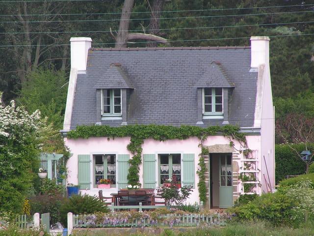 Maison aux rideaux typiques de l 39 le de groix par isabelle schuller sur l - Maison coloree rideaux ...