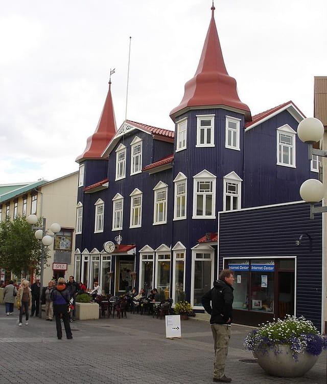 maison bleu marine d 39 akureyri par anette montagne sur l 39 internaute. Black Bedroom Furniture Sets. Home Design Ideas