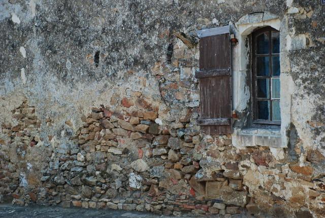 Maison de pierre abandonnée