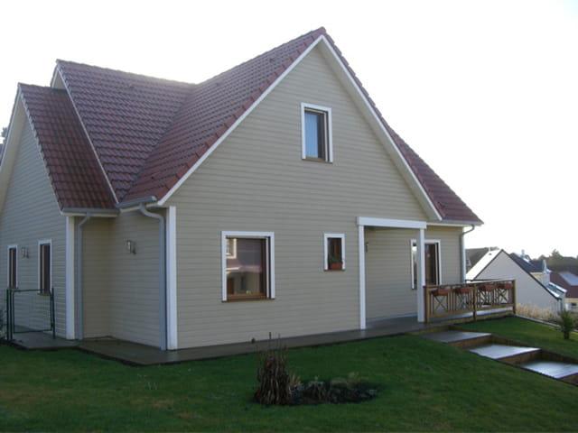 Maison en bois peint par mich le de puyraimond sur l 39 internaute - Maison en bois peinte ...
