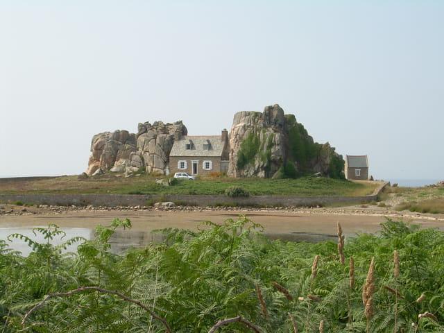 Maison entre 2 rochers par stephanie meurillon sur l 39 internaute - Maison entre les rochers ...
