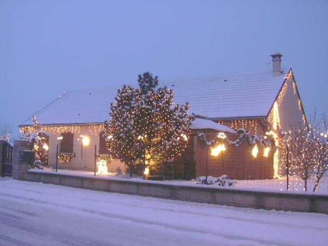 Maison illumin e sous la neige par sur l 39 internaute - Source sous la maison ...