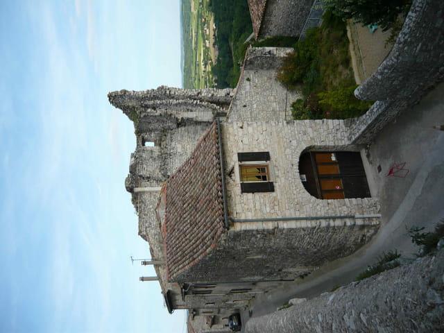 Maisons adossées aux vestiges du château.