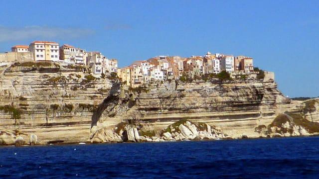 Maisons en bord de falaise à Bonifacio