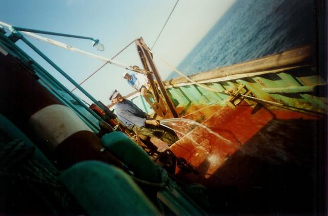 Marin pêcheur au travail malgré le tangage