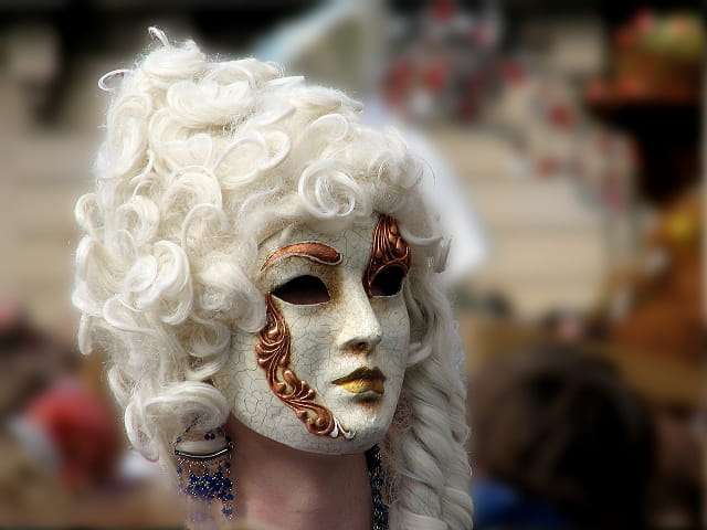 Masque au profil de statue grecque