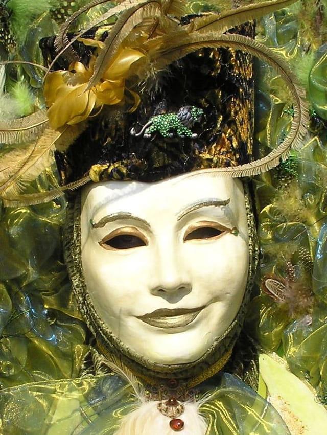 Masque dans les plumes vertes