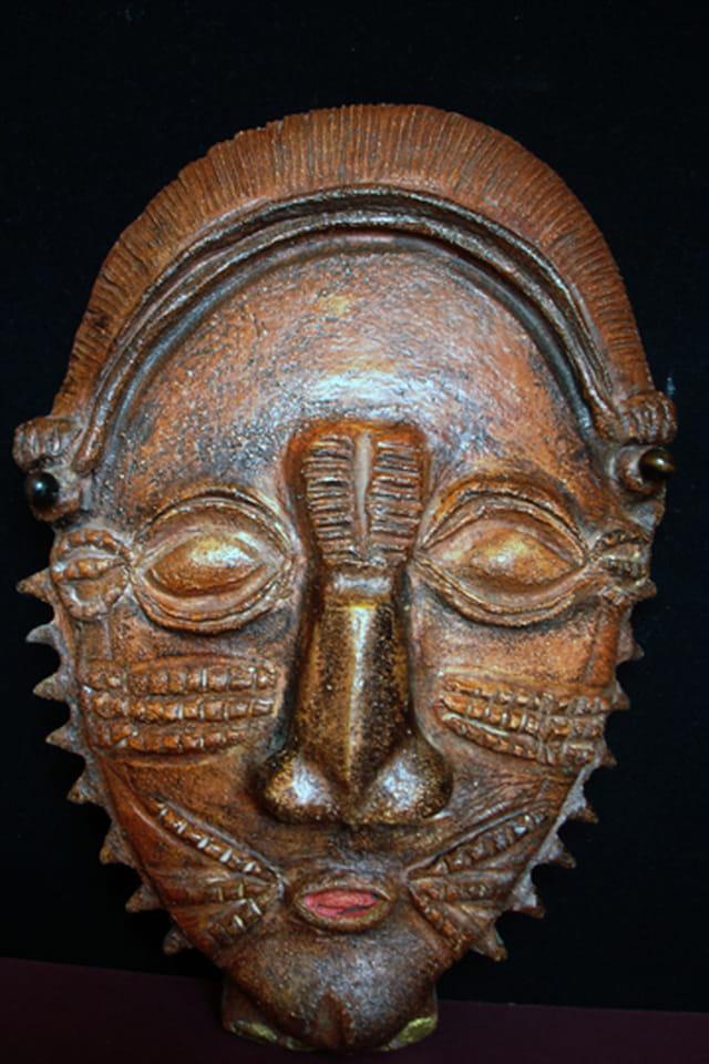 Masque scarifié en terre cuite