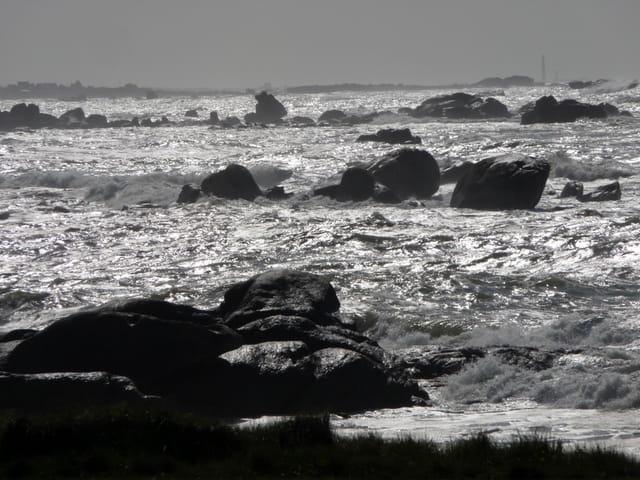 Mer agitée et reflets du soleil