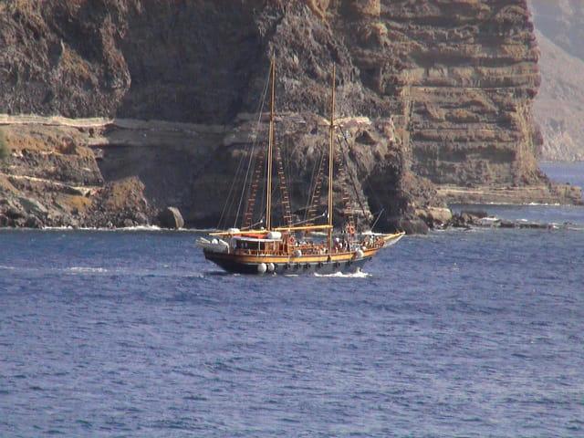 Mer et voilier à Santorin