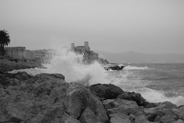 Mer houleuse à Antibes