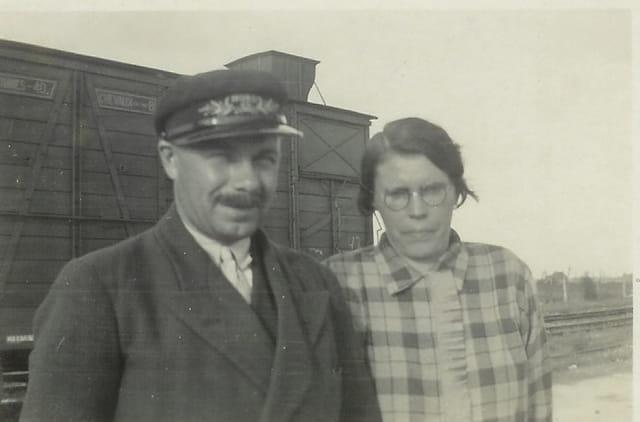 Mon grand père, chef de gare, avec ma grand mère