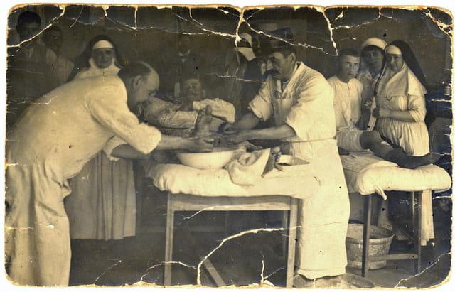Mon grand- père soigne les blessés