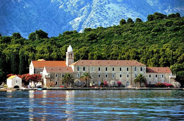 Monastère franciscain du 14è s. sur l'île de Badija
